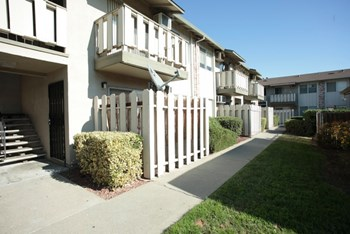 2376 Fairfield Ave 1-2 Beds Apartment for Rent Photo Gallery 1