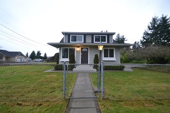 9722 40th Ave E 3 Beds House for Rent Photo Gallery 1