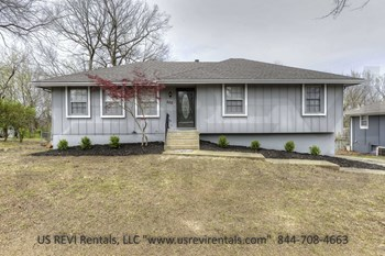 602 SW Holloway Ln. 4 Beds House for Rent Photo Gallery 1