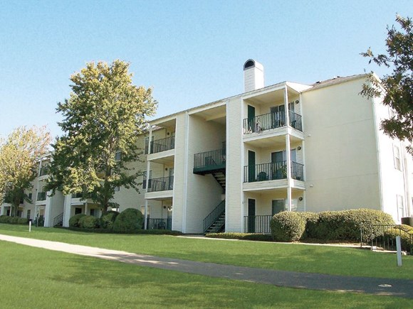 Augustine Club Apartment Homes Tallahassee FL 32301 outside building