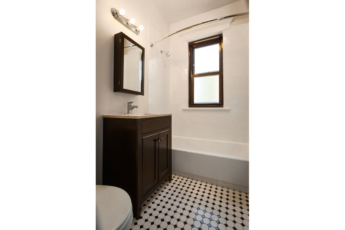 5439 s woodlawn chicago hyde park apartment bathroom renovated
