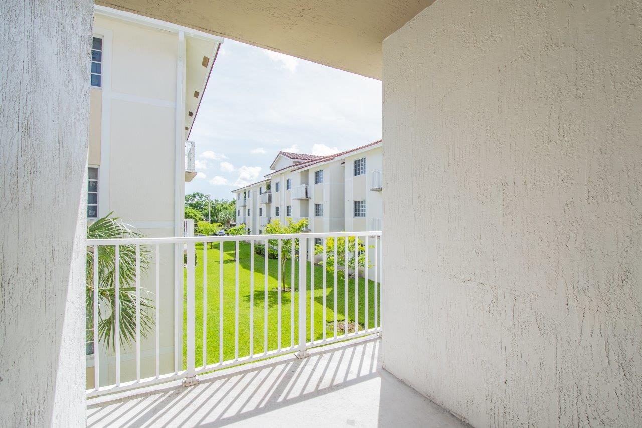 Zoom Gallery Legacy at Davie property Image #13