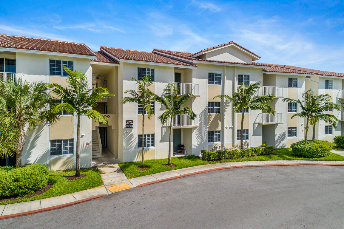Zoom Gallery Legacy at Davie property Image #11
